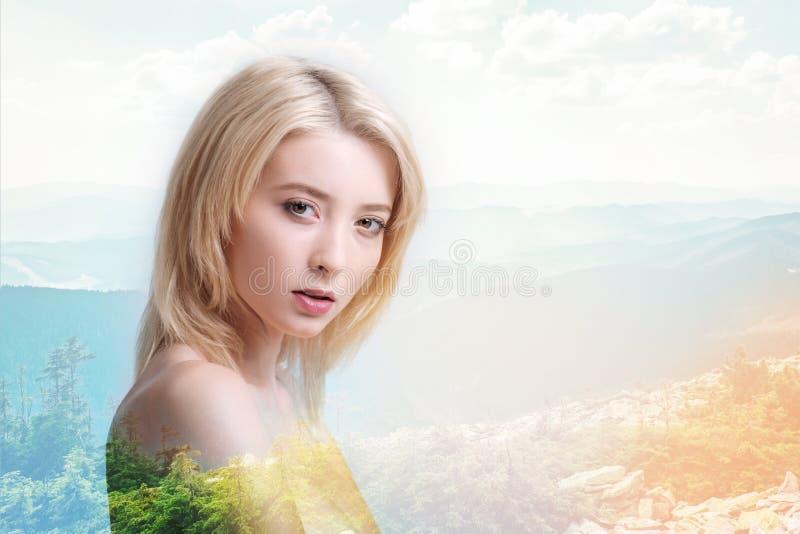Förträfflig flicka som ser dig med den fridsamma ögonkastet arkivbild