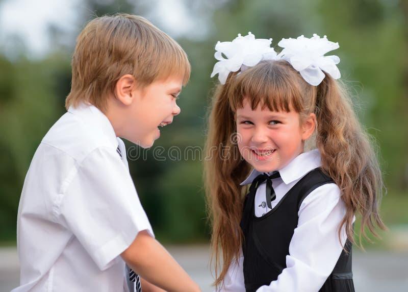 Förträningsbarn en pojke och en flicka fotografering för bildbyråer