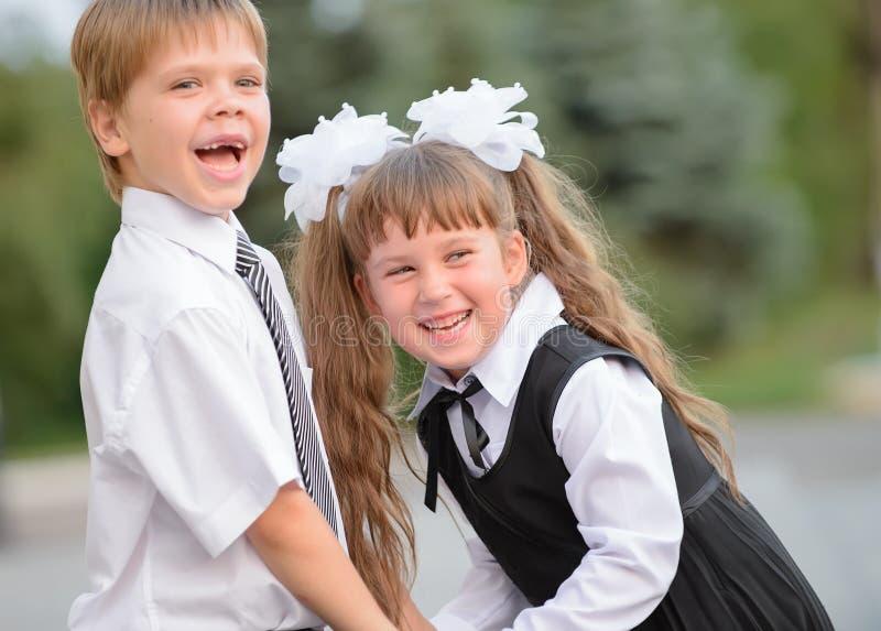 Förträningsbarn en pojke och en flicka arkivfoton