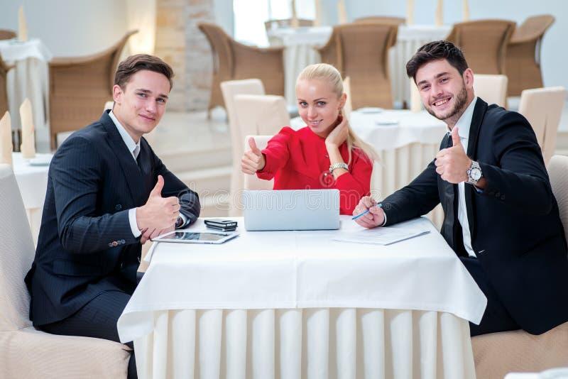 Förtroende i arbetet Lyckad affärsman som tre diskuterar arkivfoton