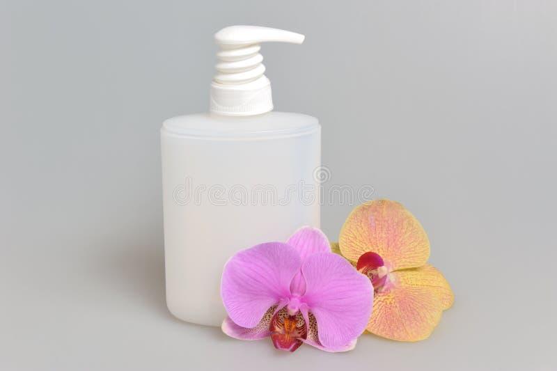 Förtrogen stelnar eller orkidén för flaska för pump för utmatare för vätsketvål den plast- fotografering för bildbyråer