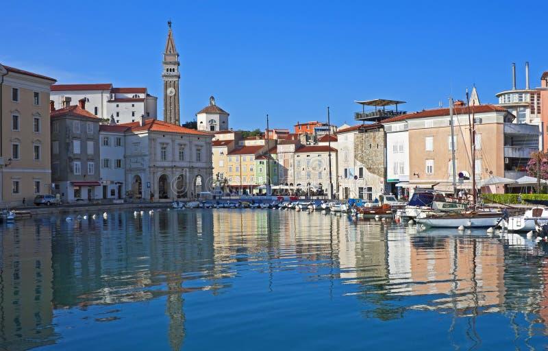 Förtrollande hamn, Piran, Slovenien arkivfoton