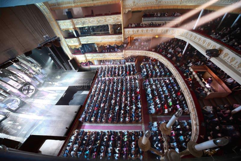förvänta operettafolk sitt teatern arkivbild
