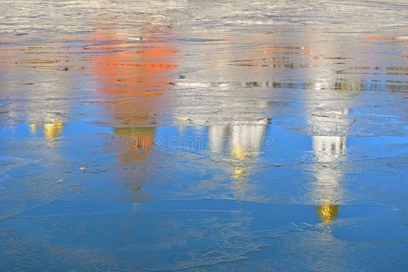 Förväntan av våren Reflexion av Kremldomkyrkor och torn i vatten av Moskvafloden royaltyfri foto