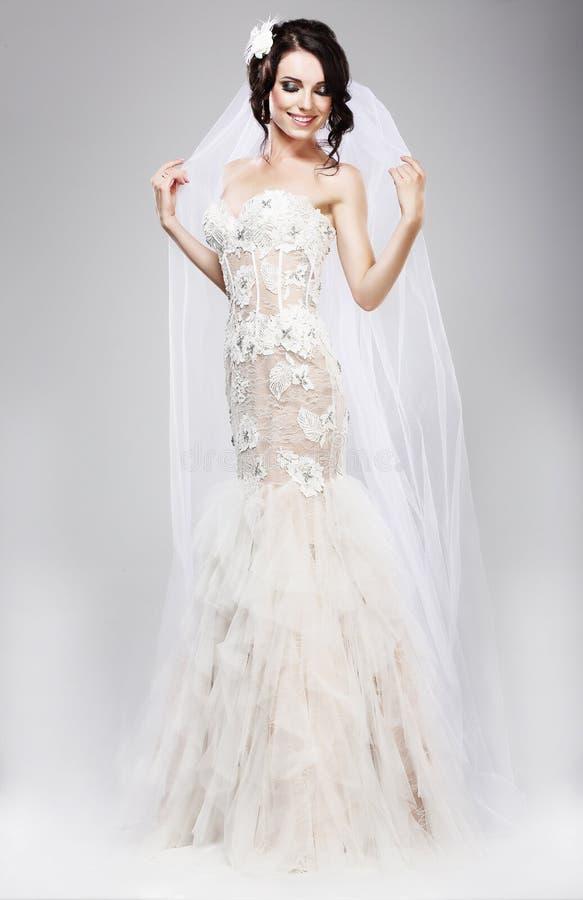 Förväntan. Härlig jublande brud i den vita bröllopsklänningen arkivbilder