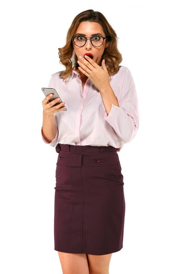 Förvånad affärskvinna med smartphonen royaltyfri foto