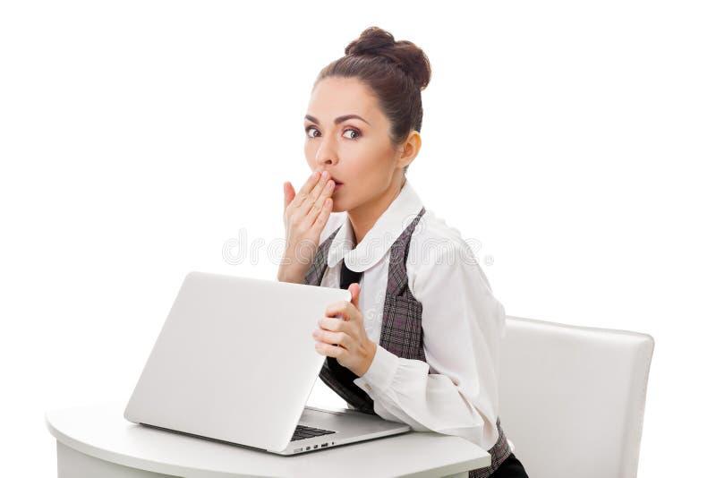 Förvånad affärskvinna på arbete Obscet innehåll arkivbild