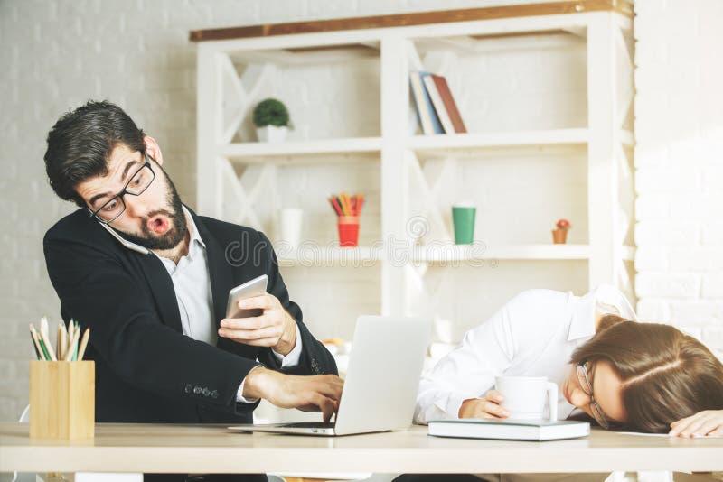 Förvånad affärsman och kvinna som använder smartphonen royaltyfri bild