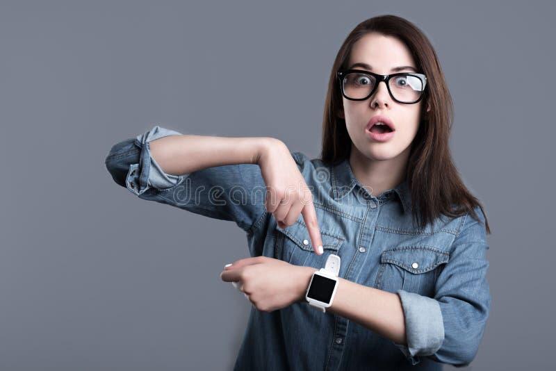 Download Förvånad Bärande Smartwatch För Ung Kvinna Fotografering för Bildbyråer - Bild av emotionellt, tillfälligt: 78727771