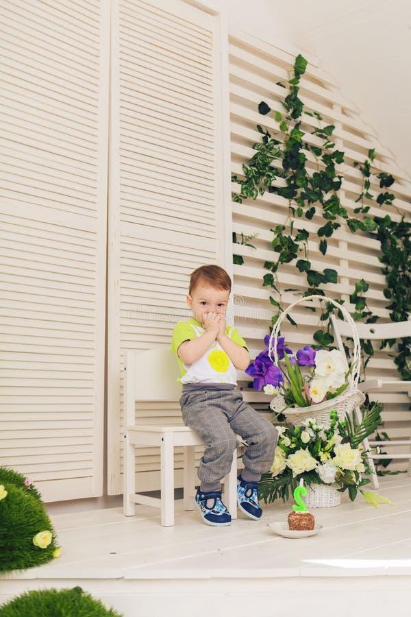 Förvånad barnpojke med styckfödelsedagkakan royaltyfri bild