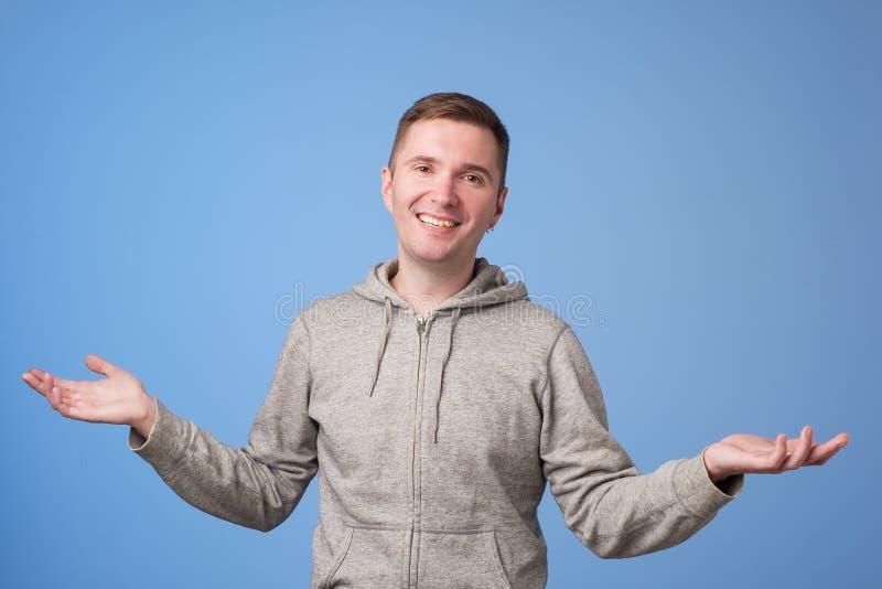 Förvånad förvånad caucasian man som är chockad med rabatter arkivbild