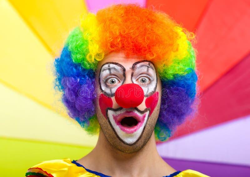 Förvånad clown med opnemunnen arkivfoton