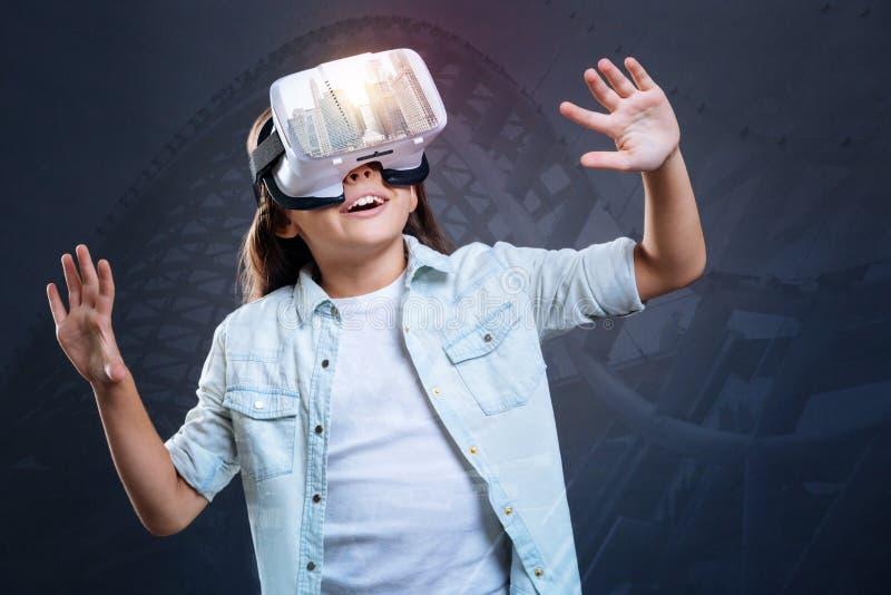 Förvånad fascinerad avslöjande virtuell verklighet för flicka royaltyfri fotografi