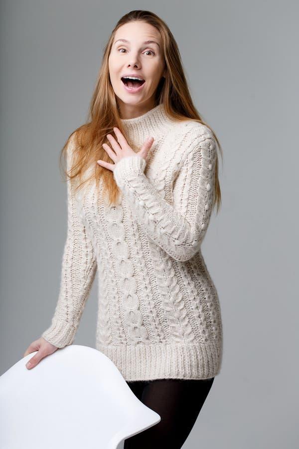 Förvånad flicka i lång tröja royaltyfri foto