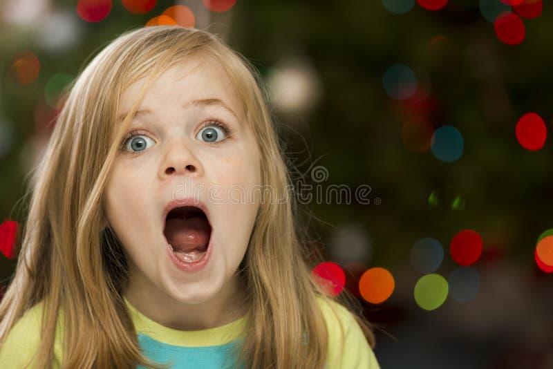 Förvånad flicka under jul arkivbilder
