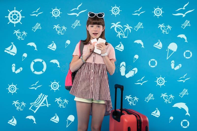 Förvånad glad flicka som framåtriktat ser för att semestra royaltyfria bilder