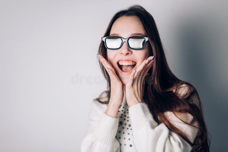 Förvånad glad härlig kvinnaflicka i exponeringsglas 3d på vit bakgrund virtuell verklighet bio, modern teknologi royaltyfri bild