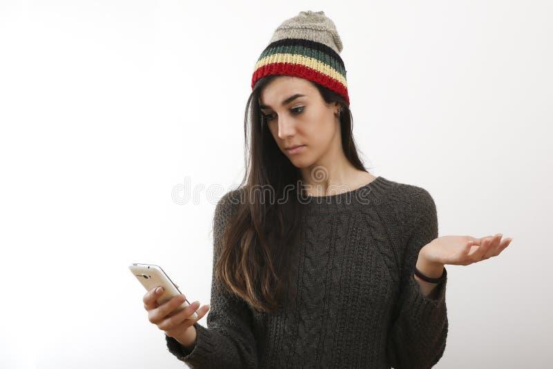 Förvånad hipsterflicka med den smarta telefonen royaltyfria foton