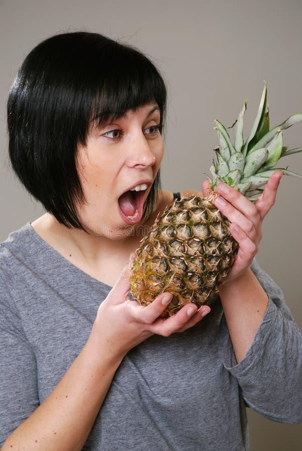 förvånad kvinna för ananas royaltyfri fotografi