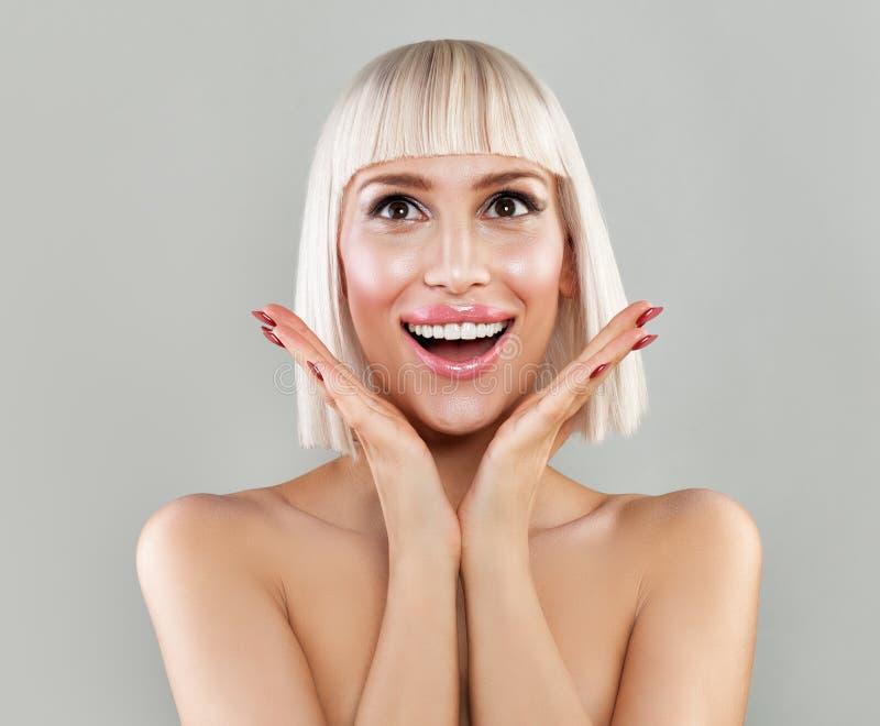 Förvånad kvinna med den öppna munnen Lycklig Blondie modell royaltyfria bilder