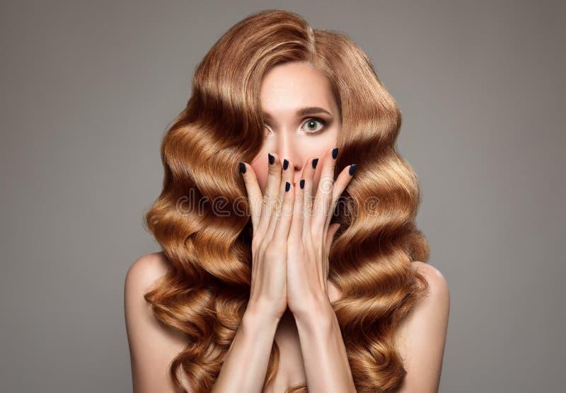 förvånad kvinna med långt lockigt härligt ljust rödbrun hår royaltyfria foton