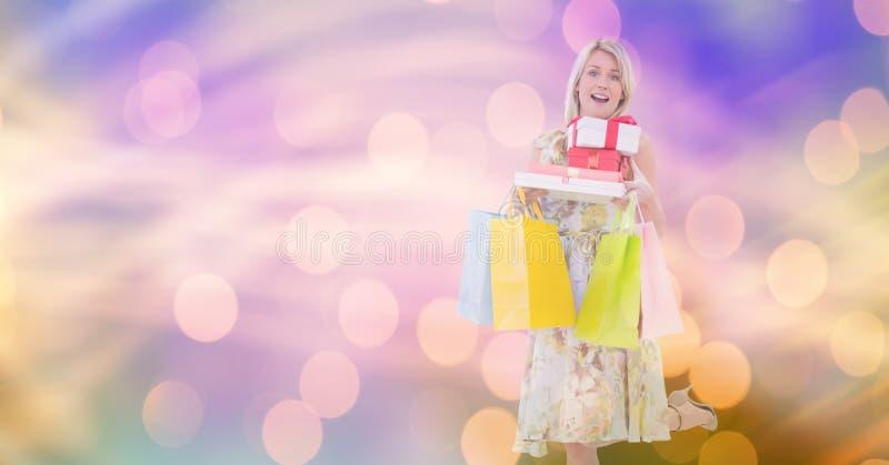 Förvånad kvinna med shoppingpåsar och askar royaltyfria bilder