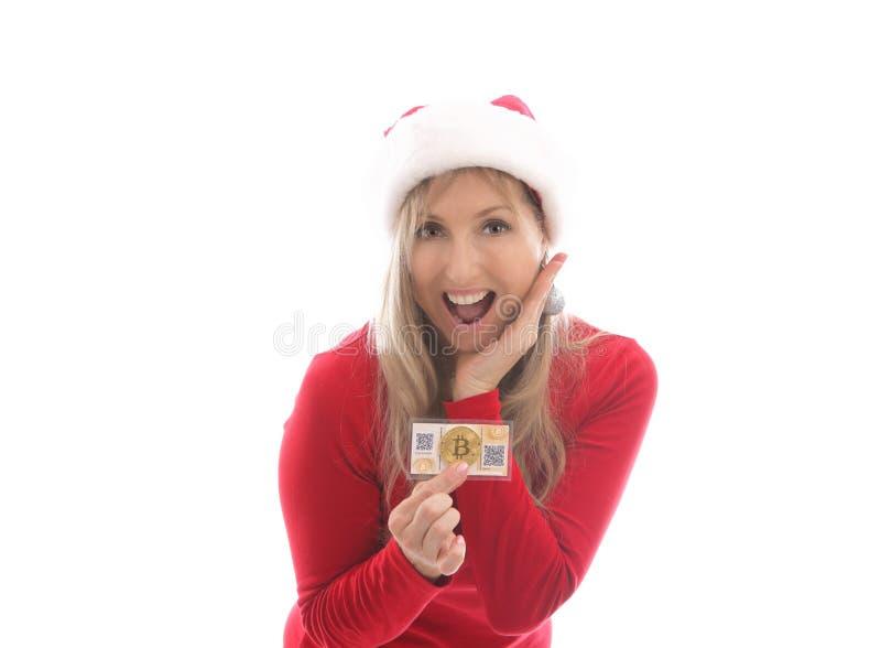 Förvånad kvinna som rymmer en bitcoin och en pappers- plånbok royaltyfria bilder