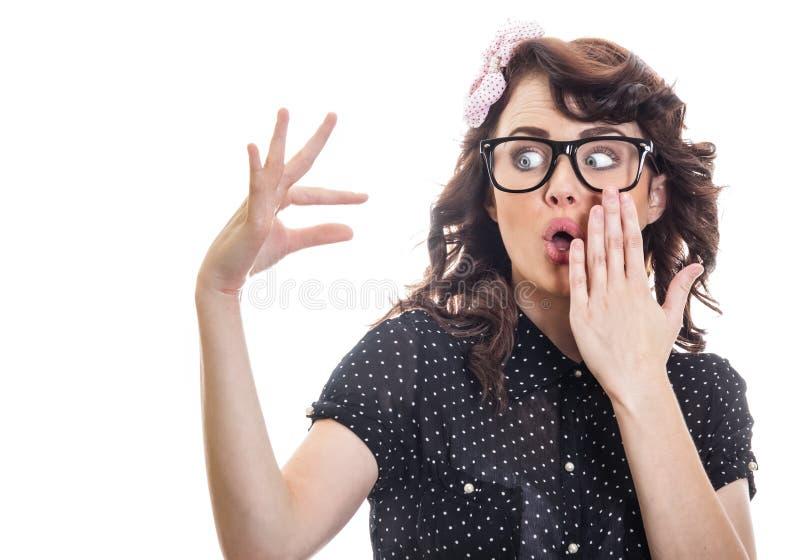 Förvånad kvinnavisning med henne fingrar arkivbilder