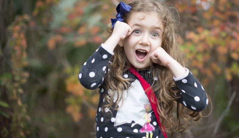 Förvånad lycklig nätt flicka dundersuccé royaltyfri foto
