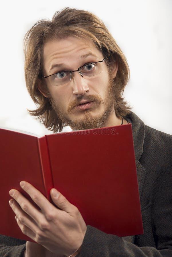 Förvånad man med en bok royaltyfri bild