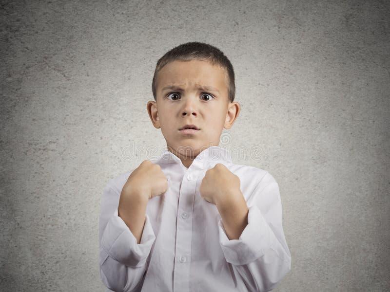 Förvånad pojke som får oväntad uppmärksamhet som frågar dig som talar till mig? royaltyfria bilder