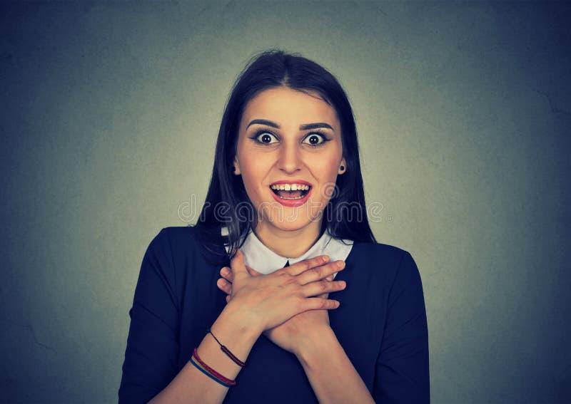 Förvånad ung kvinna som ropar se kameran royaltyfria bilder