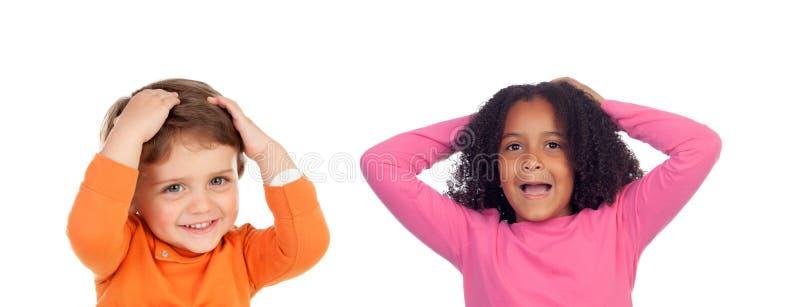 Förvånade par av barn royaltyfri bild