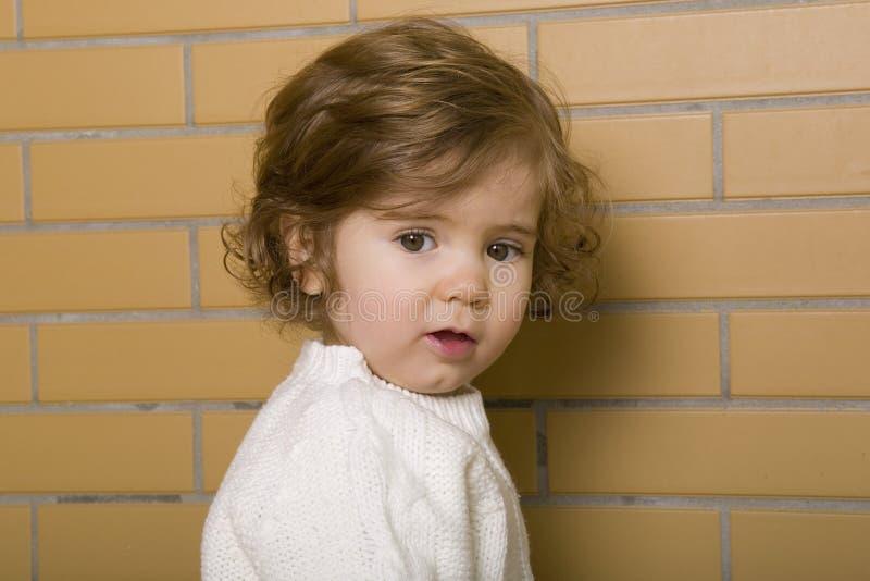 förvånadt barn för rädd framsidaflickastående royaltyfri fotografi