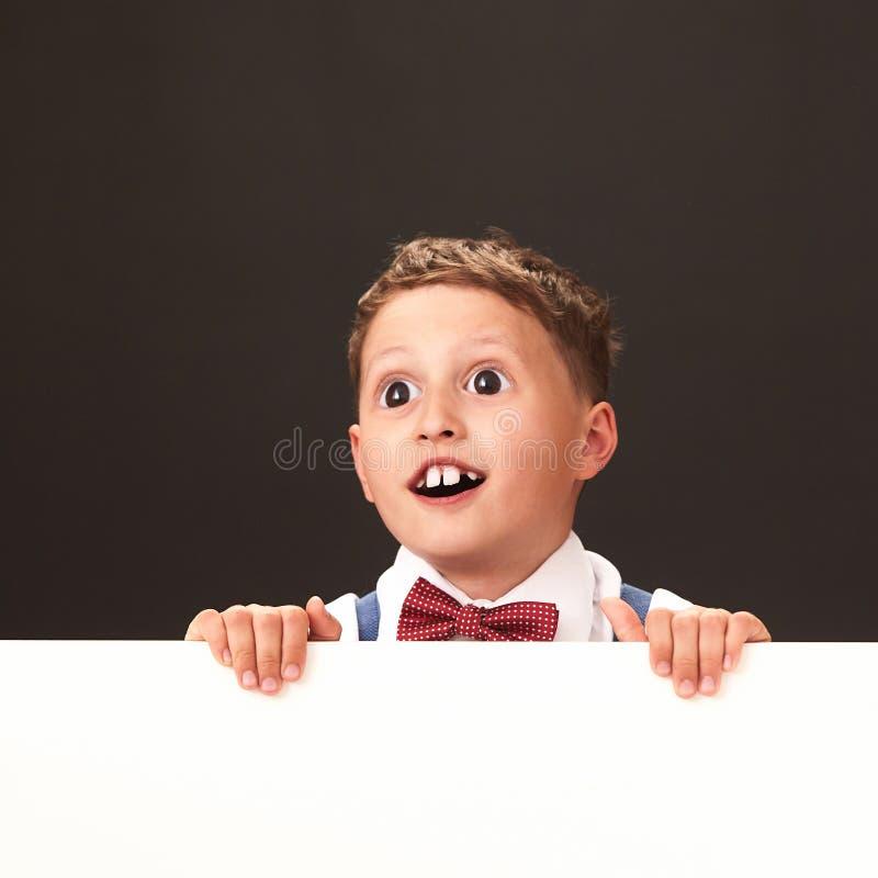 Förvånansvärt lyckligt barn med enorma ögon karikatyr av sinnesrörelse, som är enorm, är fantastisk arkivbilder