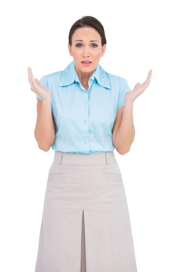 Förvånat ungt posera för affärskvinna arkivfoto