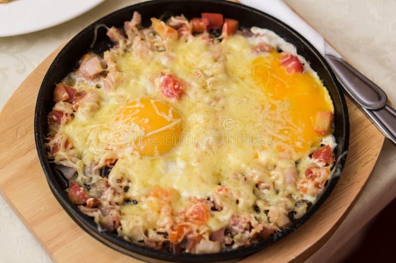 förvanskad white för bakgrundsägg omelett arkivbilder