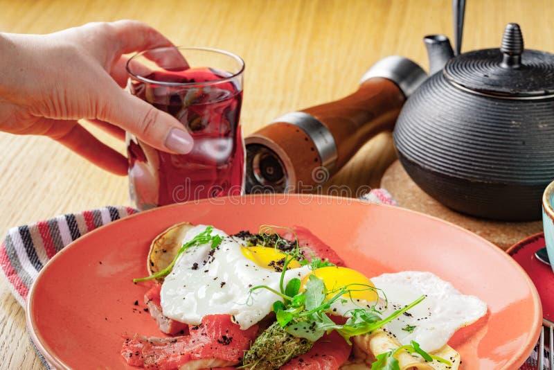 Förvanskade ägg med den rökte laxen, frukostmat royaltyfri foto