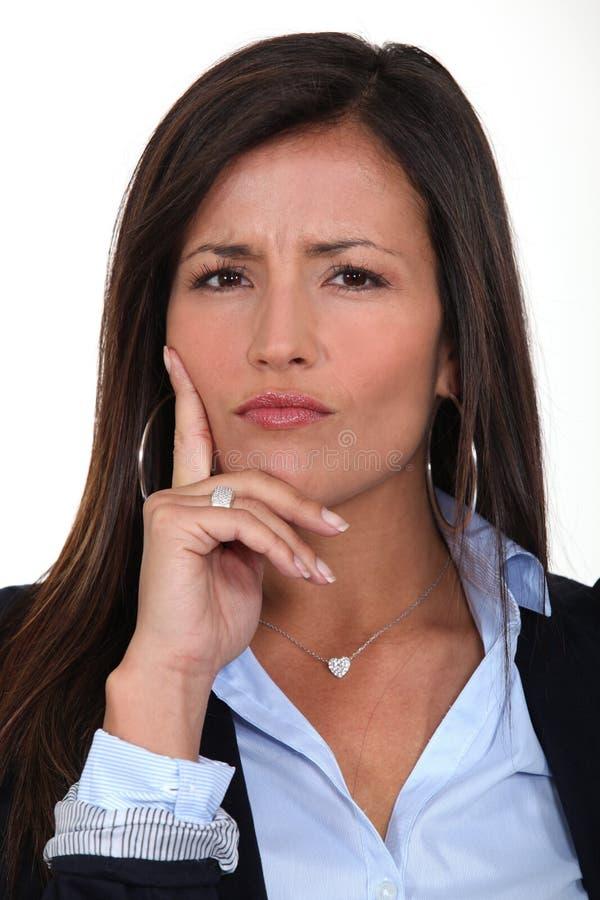 Förvirrad affärskvinna royaltyfri foto