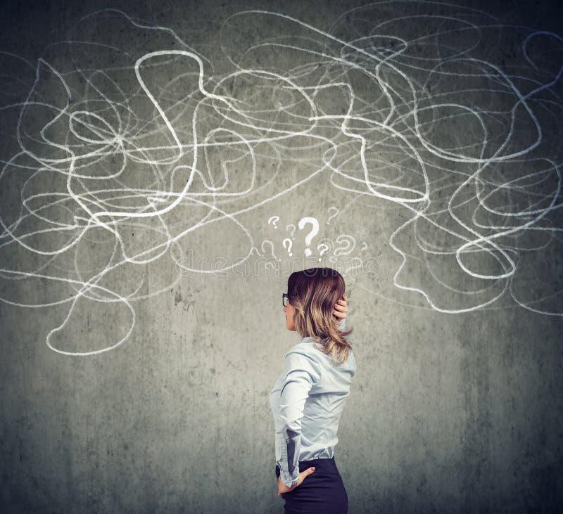 Förvirrad affärskvinna som löser ett problem royaltyfri illustrationer