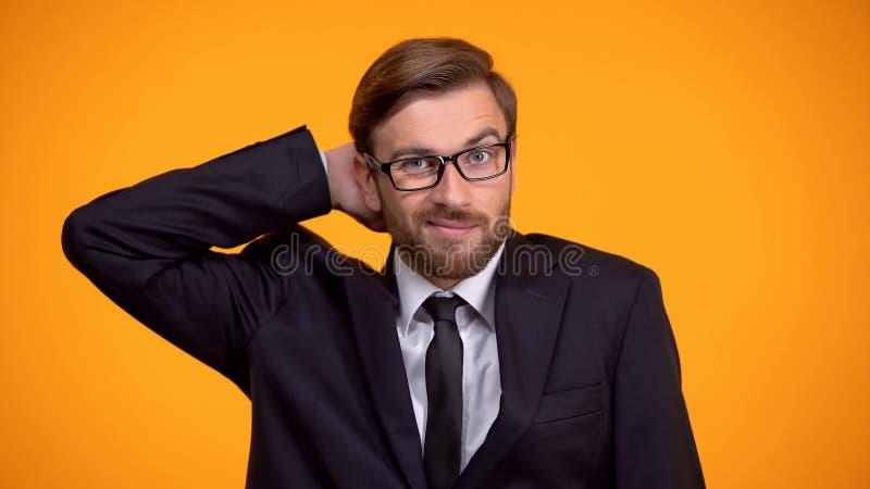 F?rvirrad aff?rsman som skrapar huvudet, hoppl?st l?ge, brist av kunskap fotografering för bildbyråer