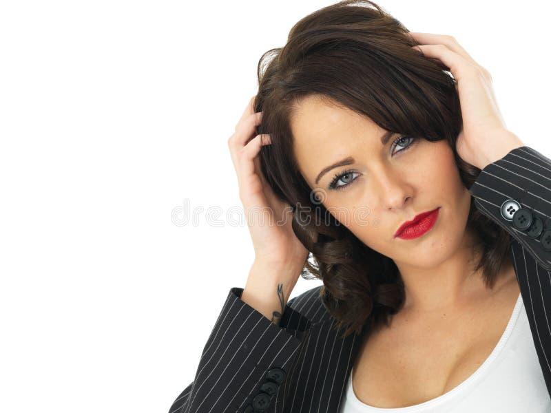 Förvirrad allvarlig ung affärskvinna fotografering för bildbyråer