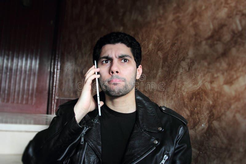 Förvirrad arabisk ung affärsman i omslag arkivbilder