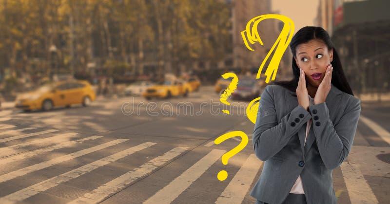 Förvirrad eller förvånad kvinna som ser lämnad och rymmer hennes huvud i en stad med frågefläckar arkivbild