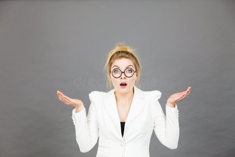 Förvirrad kvinna för kontorsarbetare som gör en gest med händer arkivbild