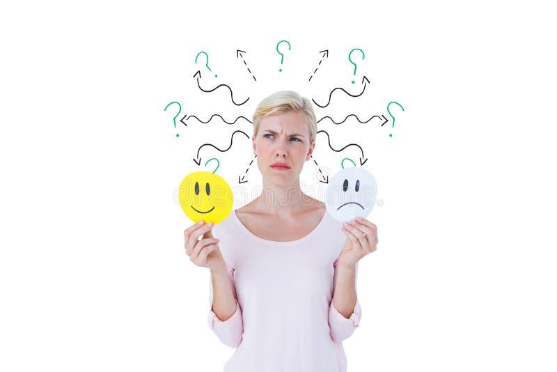 Förvirrad kvinna med ledsna och lyckliga emojis arkivfoton