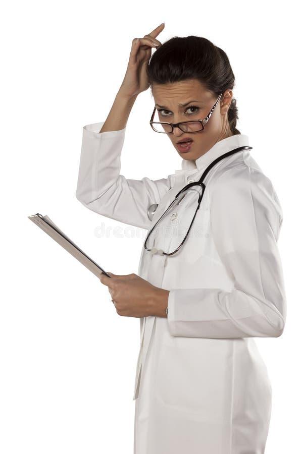 Förvirrad kvinnadoktor arkivbild