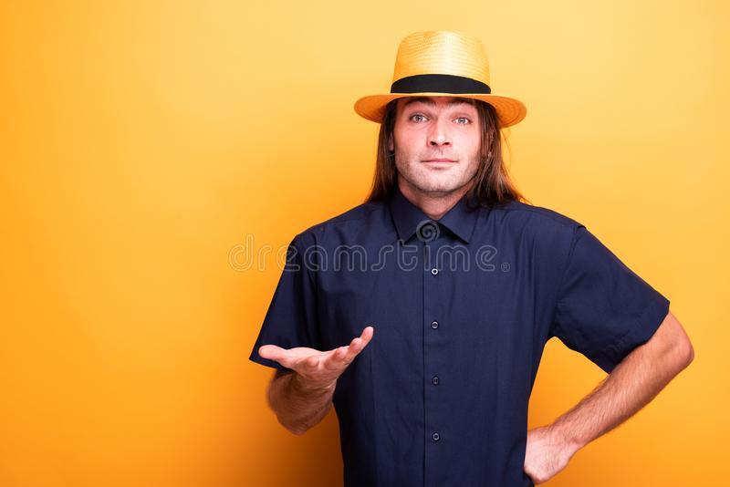 Förvirrad man med den långa hår- och cowboyhatten royaltyfri fotografi