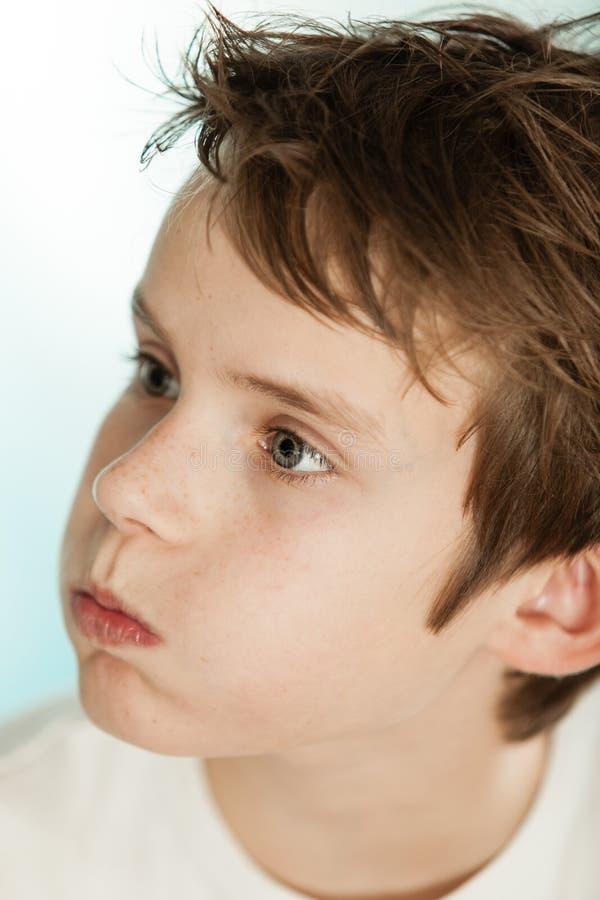 Förvirrad ung tonårs- pojke arkivbild