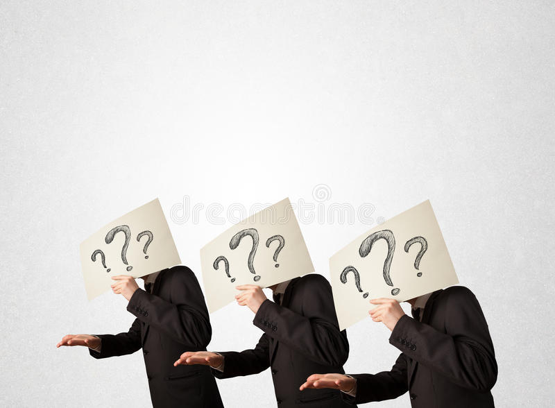 Förvirrade män i formellt göra en gest med frågefläckar på cardboar vektor illustrationer